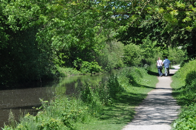 Couple_walking_along_the_canal_-_geograph.org.uk_-_1323078